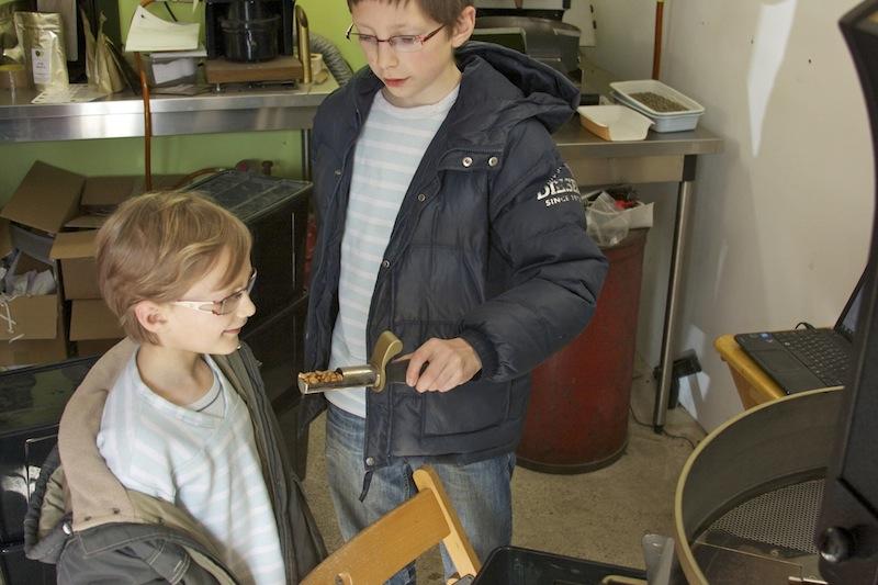 Rémi et Bastian vérifient l'avancement du grain